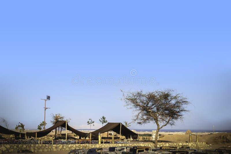 Oasis ethnique et hutte vivante traditionnelle de bédouin dans le désert Arabe image stock