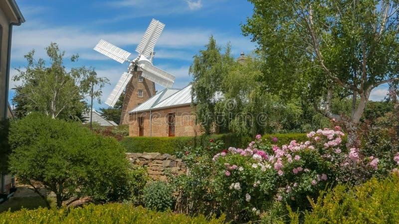 OATLANDS, TASMÂNIA, AUSTRÁLIA 15 DE DEZEMBRO DE 2015: exterior de um moinho de vento de trabalho em Tasmânia fotografia de stock royalty free