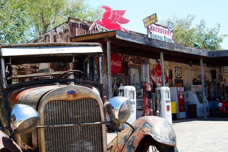 OATMAN亚利桑那,美国- 8月7日 2009年:在老生锈的经典福特汽车的正面图在历史的加油站和将军前面 免版税库存图片