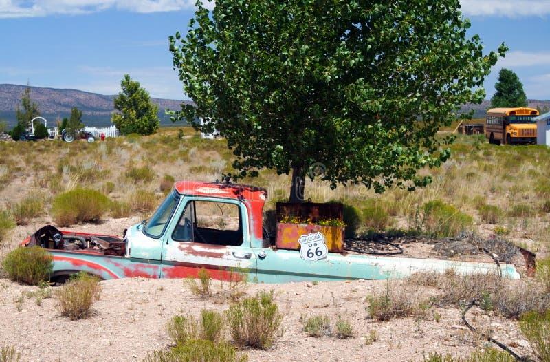 OATMAN ARIZONA, DE V.S. - 7 AUGUSTUS 2009: Wrak van uitstekende auto in een geheel van een landbouwbedrijf royalty-vrije stock foto