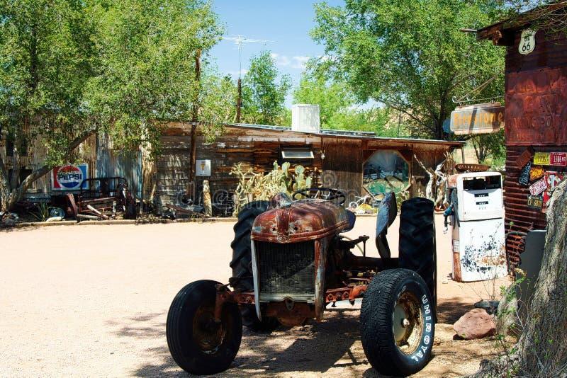 OATMAN ARIZONA, LOS E.E.U.U. - 7 DE AGOSTO 2009: Tractor aislado oxidado viejo en granja abandonada en campo imágenes de archivo libres de regalías