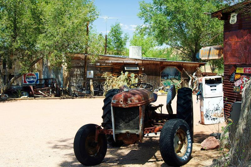OATMAN ARIZONA, U.S.A. - 7 AGOSTO 2009: Vecchio trattore isolato arrugginito sull'azienda agricola abbandonata in campagna immagini stock libere da diritti