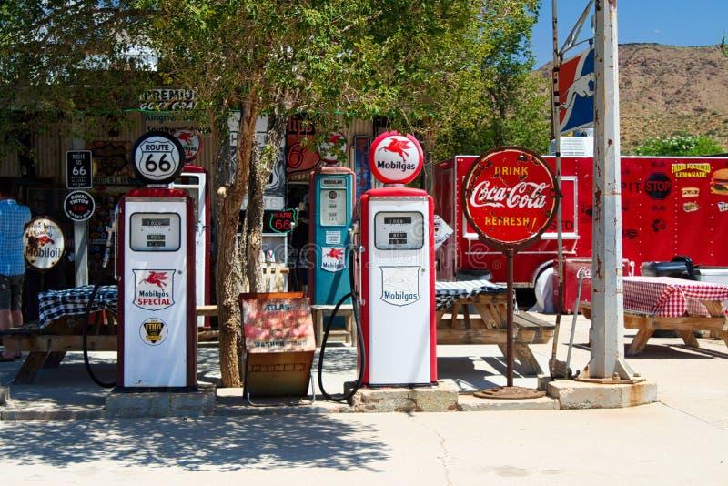 OATMAN ARIZONA, USA - AUGUSTI 7 2009: Sikt på övergiven historisk gammal bensinstation på Route 66 royaltyfri fotografi
