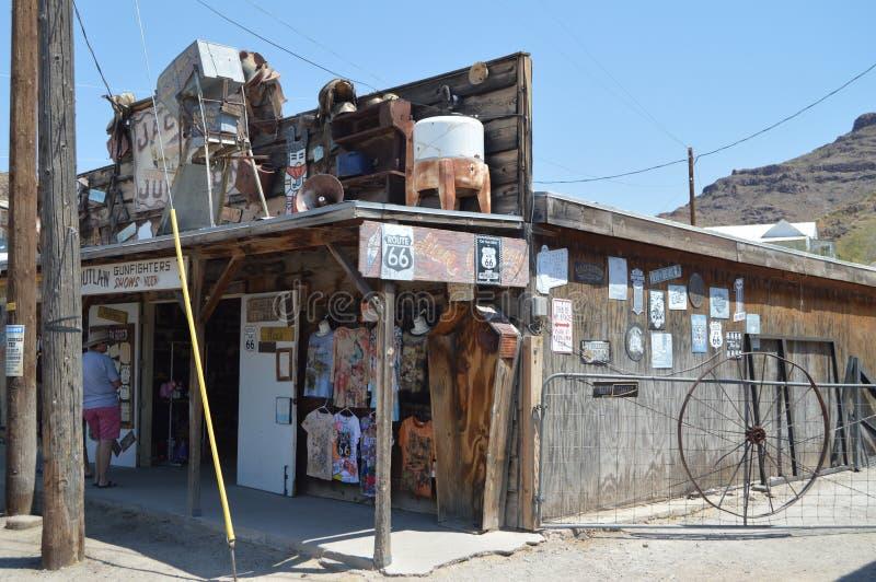 Oatman, loja de lembranças com o caixão em Route 66 fotos de stock royalty free