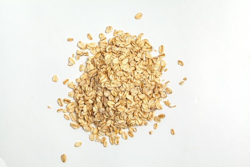 Oatmeal ακατέργαστα σιτάρια που απομονώνονται στο άσπρο υπόβαθρο, τοπ άποψη στοκ φωτογραφία