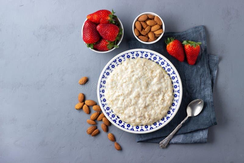 Oatmeal κουάκερ με τις φράουλες και το αμύγδαλο Υγιές πρόγευμα με τα φρέσκα οργανικά μούρα στοκ εικόνα