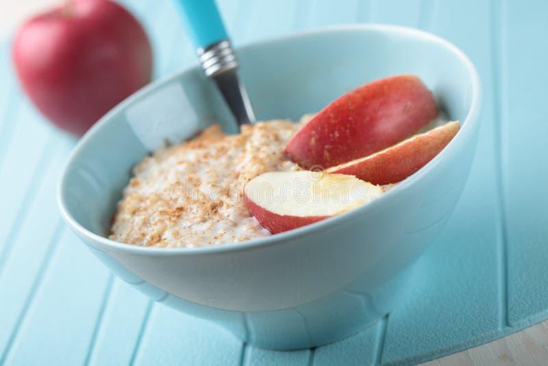 Oatmeal κουάκερ με το μήλο στοκ φωτογραφίες με δικαίωμα ελεύθερης χρήσης