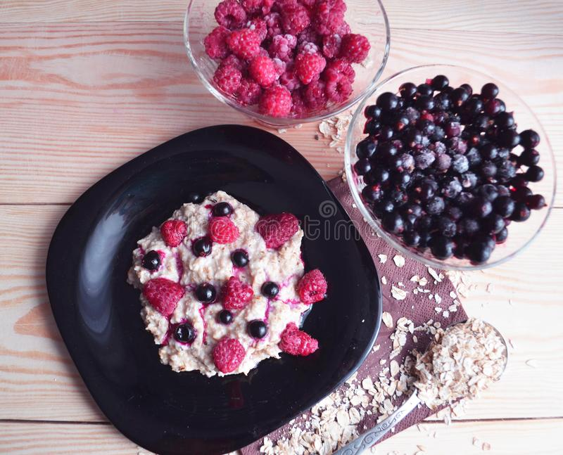 Oatmeal κουάκερ με το φρέσκα σμέουρο και το βακκίνιο στοκ εικόνες