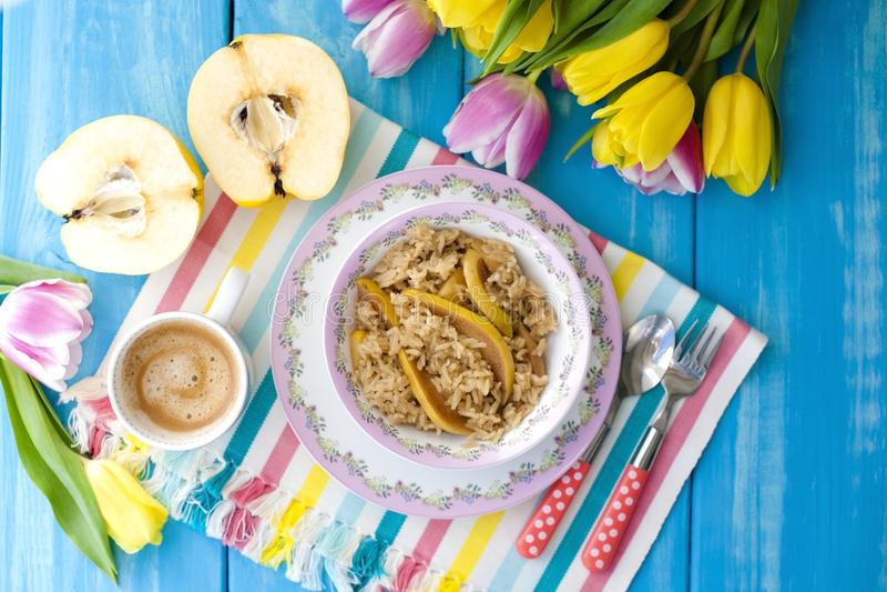 Oatmeal με τα φρούτα και αρωματικός καφές πρωινού για το μπλε υπόβαθρο και τις τουλίπες προγευμάτων διάστημα αντιγράφων στοκ εικόνα