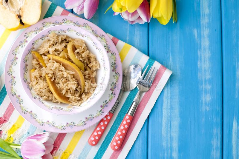 Oatmeal με τα φρούτα και αρωματικός καφές πρωινού για το μπλε υπόβαθρο και τις τουλίπες προγευμάτων διάστημα αντιγράφων στοκ εικόνα με δικαίωμα ελεύθερης χρήσης