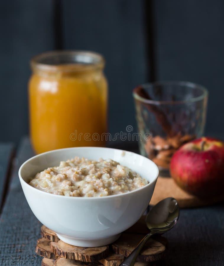 Oatmeal με το γάλα και το μέλι, υγιές πρόγευμα στοκ εικόνα
