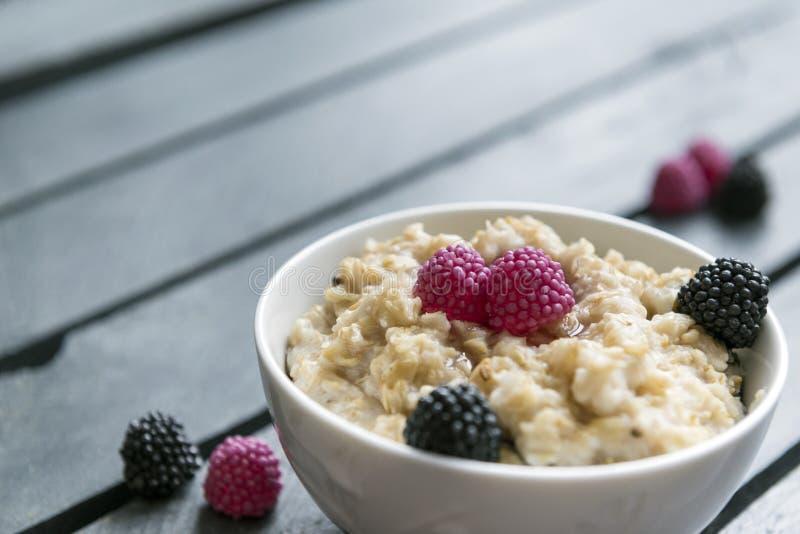 Oatmeal με το Blackberry, κουάκερ με τα μούρα στοκ εικόνες