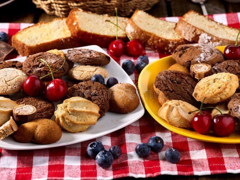 Oatmeal μπισκότα και κέικ σοκολάτας άμμου με το καρύδι στον πίνακα στοκ φωτογραφίες με δικαίωμα ελεύθερης χρήσης