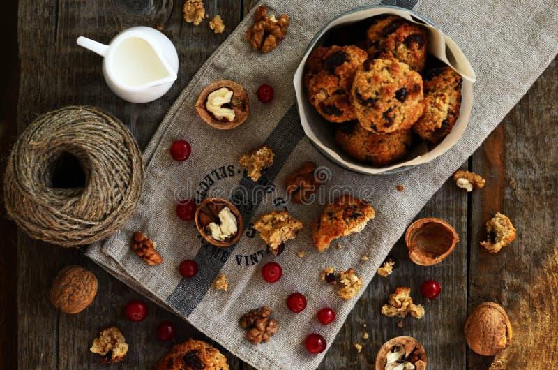 Oatmeal μπισκότα με το ξηρά το βακκίνιο και το ξύλο καρυδιάς για το άνετο πρόγευμα στοκ φωτογραφίες με δικαίωμα ελεύθερης χρήσης