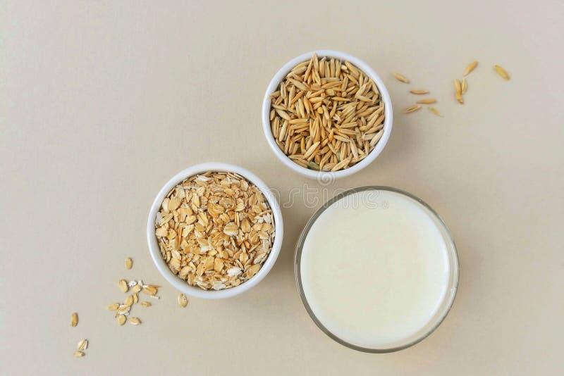 Oatmeal, oatmeal νιφάδες και σιτάρια βρωμών στοκ φωτογραφία
