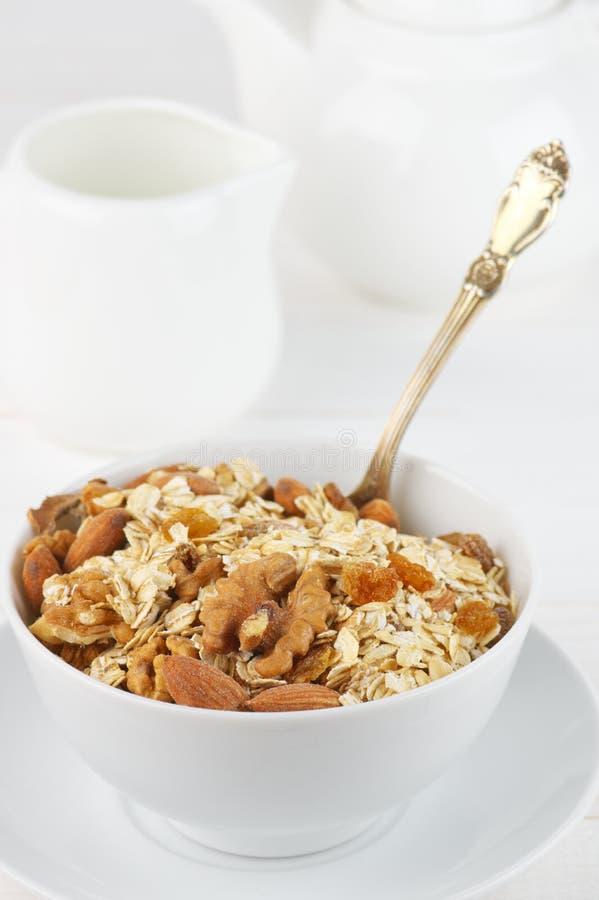 Oatmeal νιφάδες με τα καρύδια στο κύπελλο στοκ φωτογραφίες με δικαίωμα ελεύθερης χρήσης
