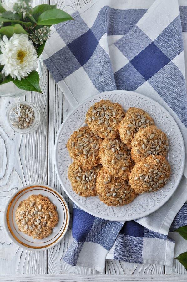 Oatmeal πιάτων στα μπισκότα με τους σπόρους, άσπρο ελαφρύ ξύλινο υπόβαθρο επάνω από την όψη στοκ εικόνα με δικαίωμα ελεύθερης χρήσης