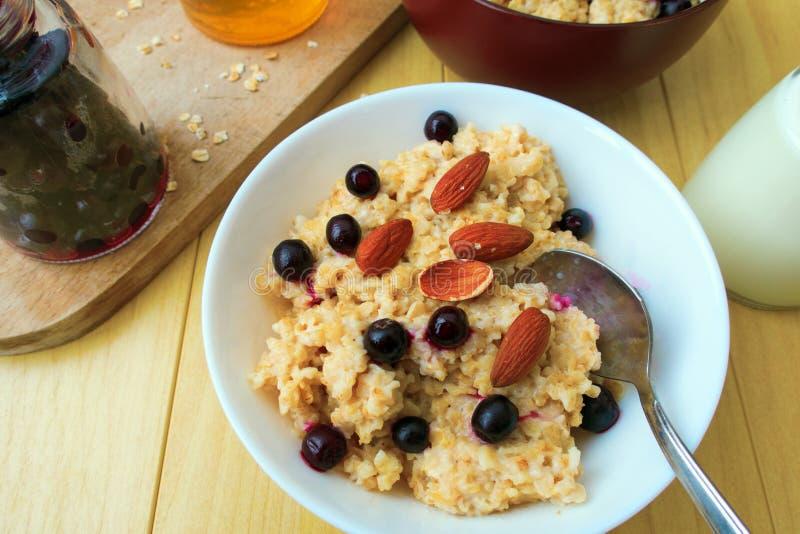 Download Oatmeal imagem de stock. Imagem de dieta, nutritious - 107529137