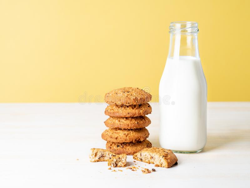 Oatmeal ciastka z lna mlekiem w butelce i ziarnami, zdrowy snac obraz royalty free