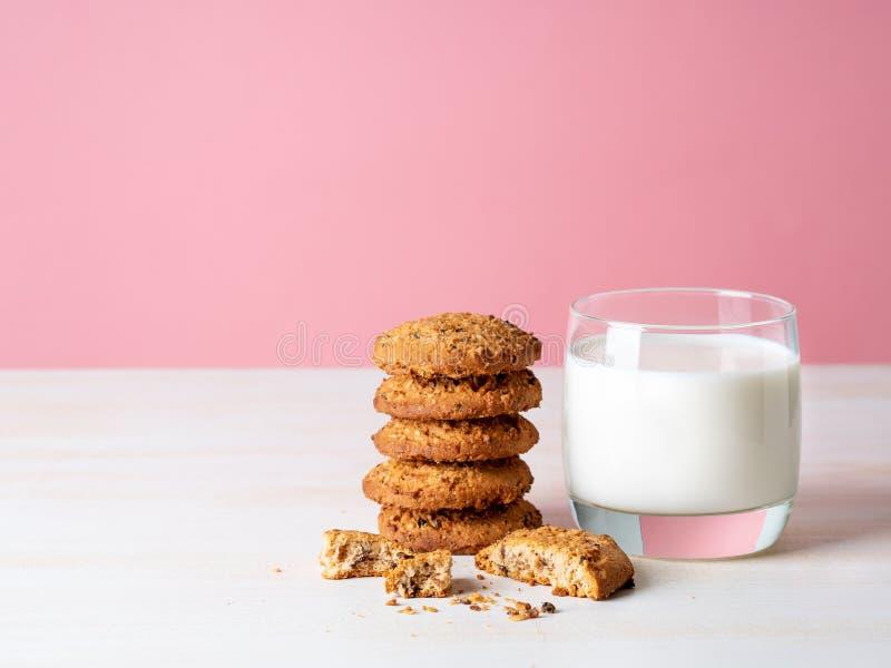 Oatmeal ciastka z lna mlekiem w i ziarnami szklanym, zdrowym sna, zdjęcia royalty free