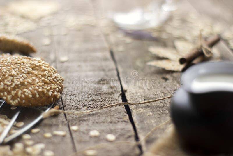 Oatmeal ciastka z mlekiem na tacy na nieociosanym drewnianym stole zdjęcie stock