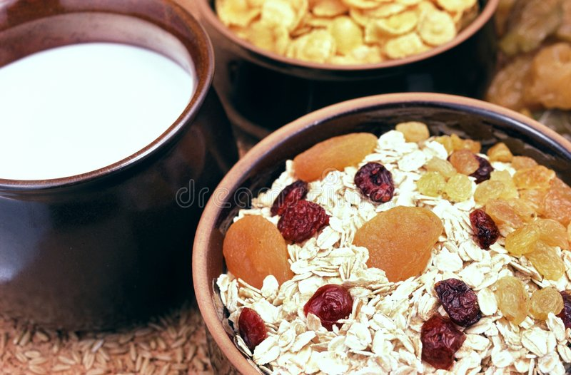 Oatmeal med frukter royaltyfria bilder