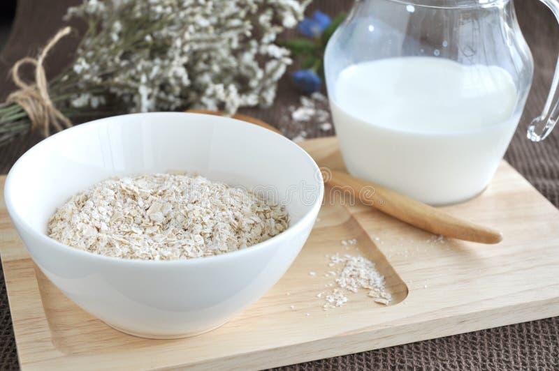 Download Oatmeal na drewnianej tacy zdjęcie stock. Obraz złożonej z płatek - 57668864