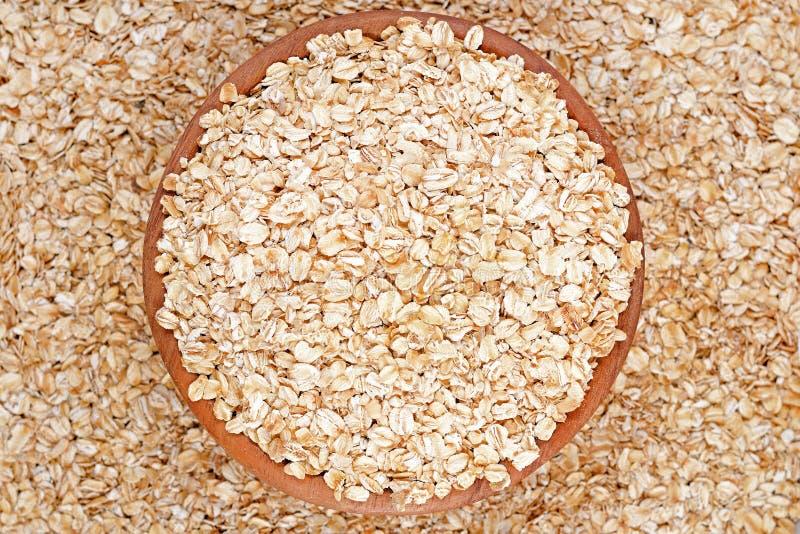 Oatmeal płatki w drewnianym pucharze obraz stock