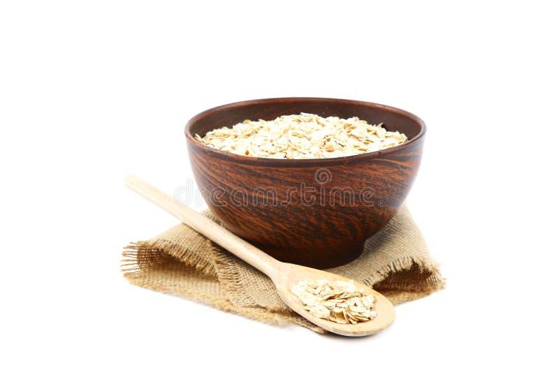 Oatmeal płatki w drewnianym pucharze na białym tle zdrowa żywność fotografia stock