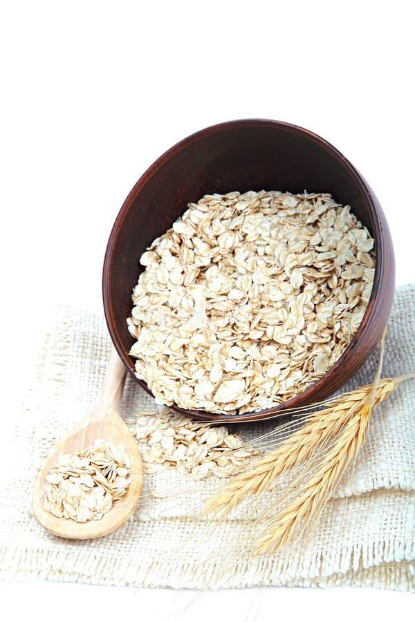 Oatmeal płatki w pucharze na białym tle zdrowa żywność obraz royalty free