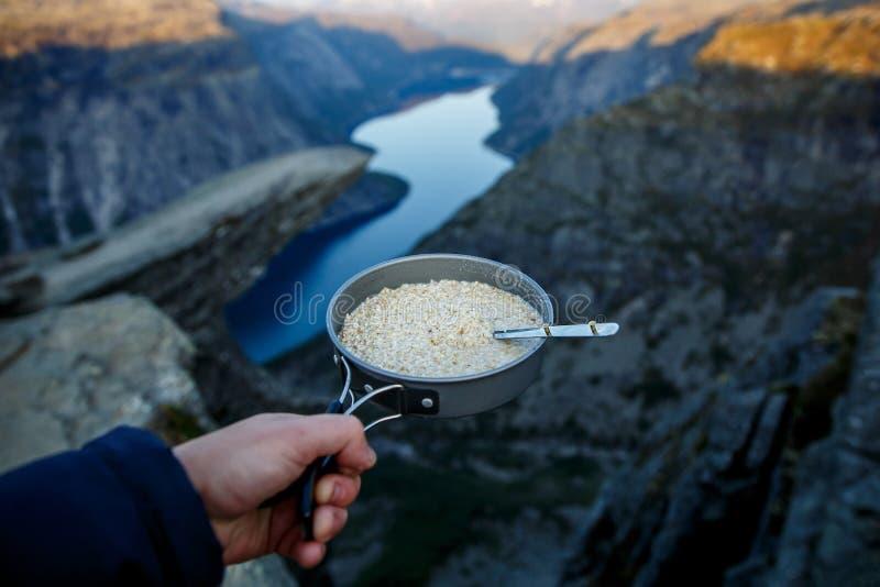 Oatmeal w niecce Śniadanie na trolltunga, błyszczka jęzor sławny showplace w Norwegia obraz stock