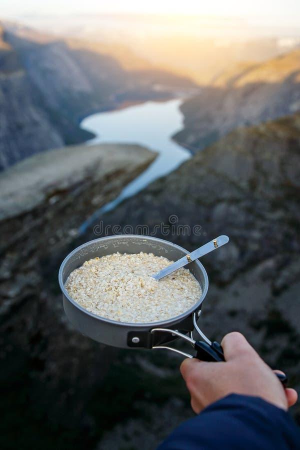 Oatmeal w niecce Śniadanie na trolltunga, błyszczka jęzor sławny showplace w Norwegia fotografia stock