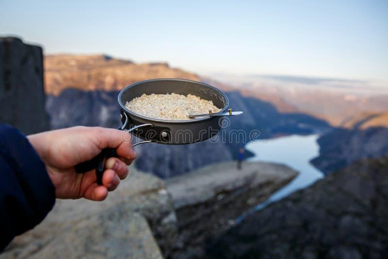 Oatmeal w niecce Śniadanie na trolltunga, błyszczka jęzor sławny showplace w Norwegia obrazy royalty free