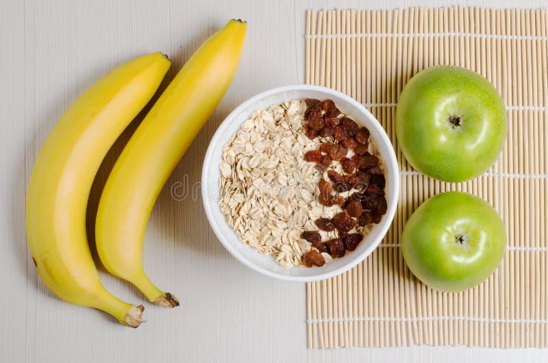 Oatmeal z rodzynkami na tablecloth od bambusa dwa banany! obrazy stock
