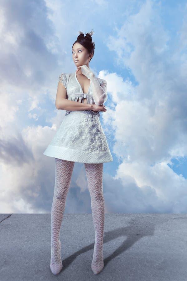 Oavkortad längd för futuristisk sexig ung asiatisk kvinna royaltyfri foto