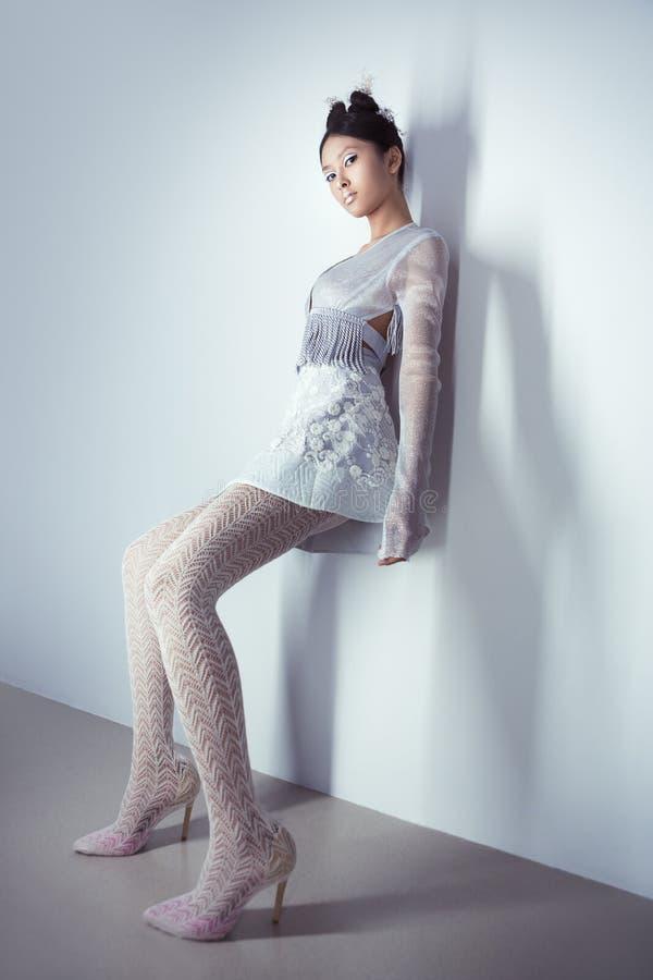Oavkortad längd för futuristisk sexig ung asiatisk kvinna arkivfoton