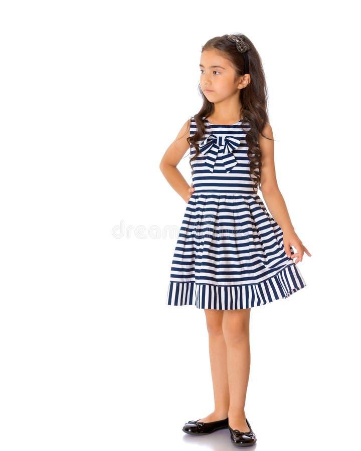 Oavkortad tillväxt för moderiktig asiatisk liten flicka arkivfoto