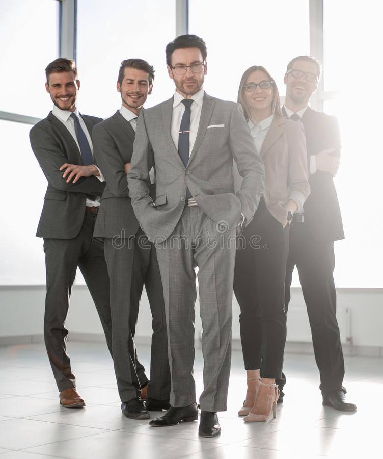 Oavkortad tillväxt, lycklig grupp av affärsfolk royaltyfria bilder