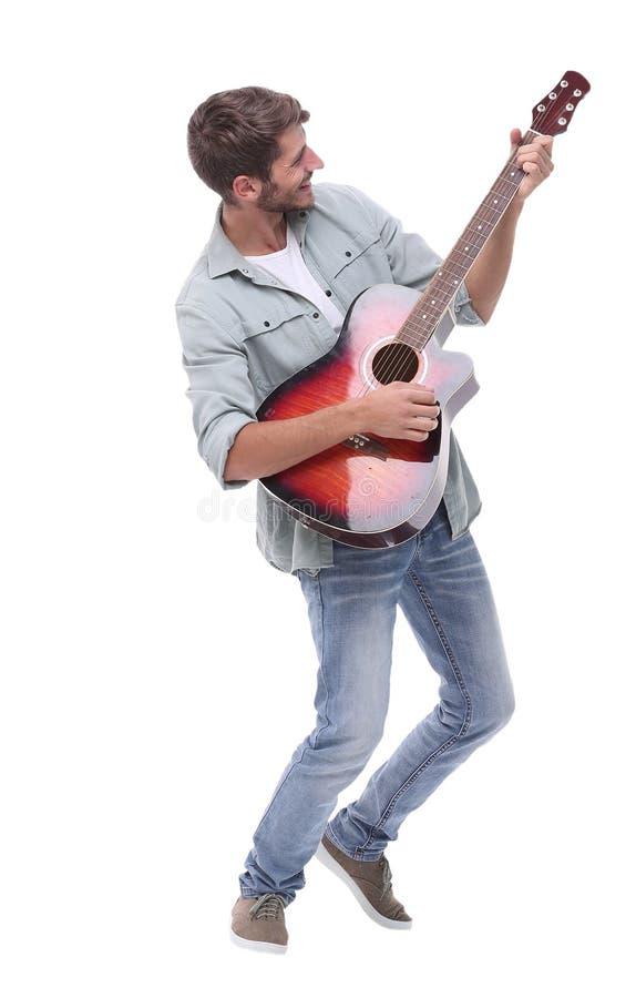Oavkortad tillväxt ung manlig musiker med gitarren arkivbild