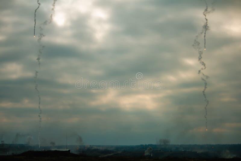 oavkortat kugghjul för soldater Jordning för militär utbildning med explosionerna Stridighetoperationen arkivbild