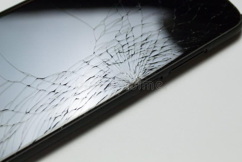 Oavsiktligt sprucken skadad smartphoneLCD-skärm som isoleras på vit bakgrund royaltyfri fotografi