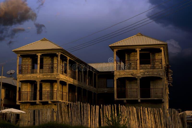Oavslutad byggnad med mörker fördunklar över royaltyfri foto