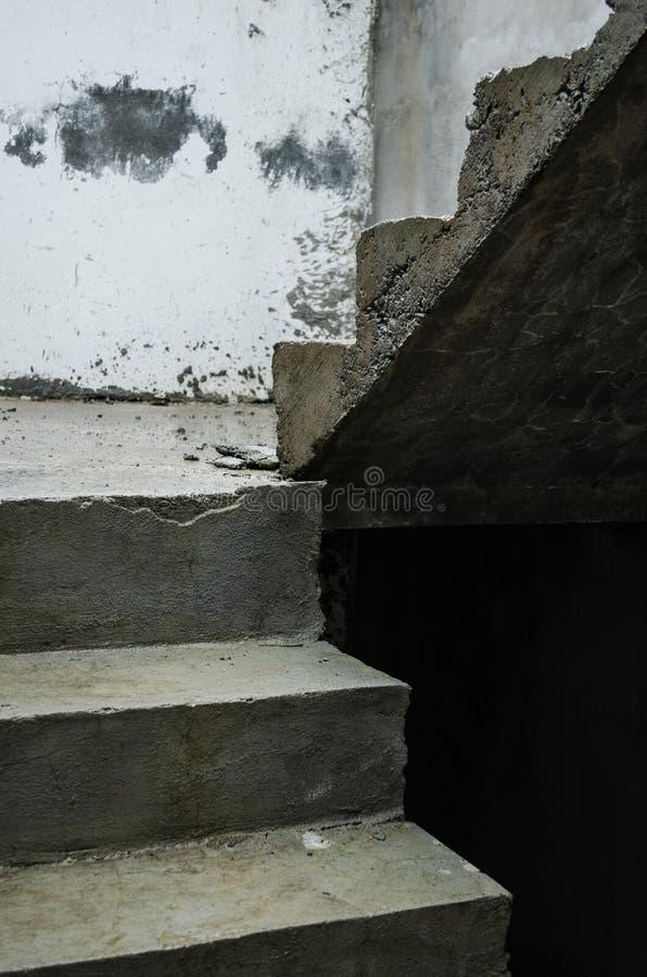 Oavslutad cementtrappa, perspektiv av korsad konkret trappa royaltyfria bilder