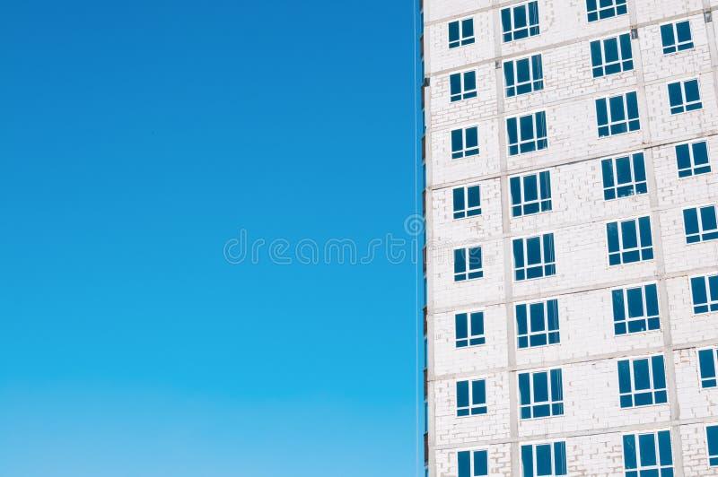 Oavslutad flervånings- byggnadskonstruktion, vita tegelstenar, outsi arkivbilder