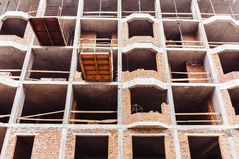 Oavslutad konkret byggnad utan väggar arkivfoto