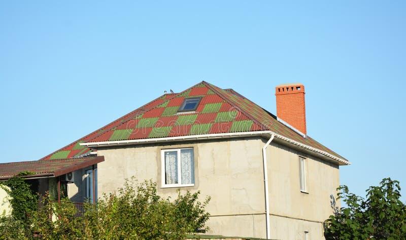 Oavslutad renoveringhuskonstruktion med takfönsterfönstret, takavloppsrännarörledning, stuckaturväggar royaltyfria bilder