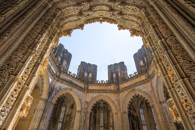 Oavslutade kapell på kloster av Batalha i Portugal Kloster av Batalha är en dominikansk kloster i den borgerliga församlingen av  royaltyfri foto