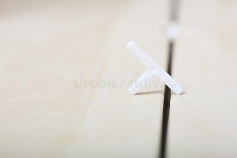Oavslutade keramiska tegelplattor för renovering hemma med avståndsmätare. arkivbilder
