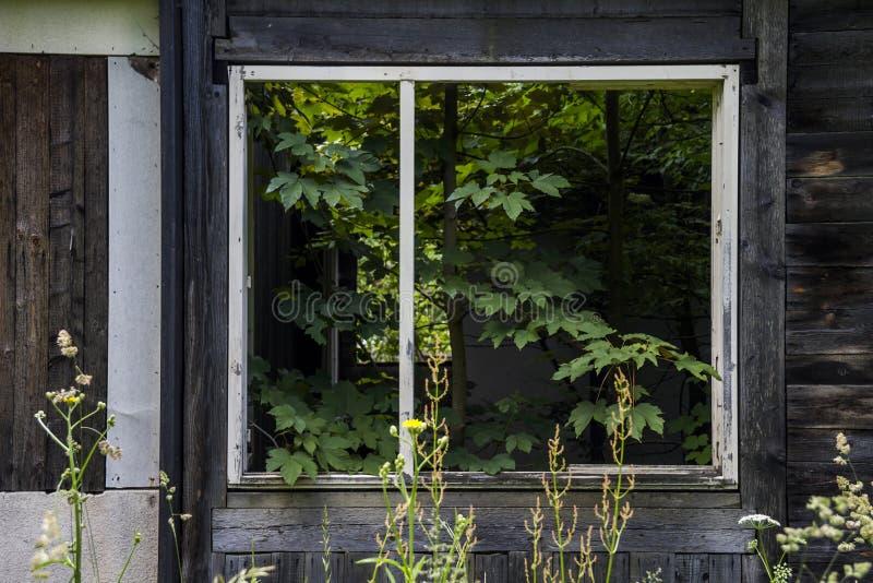oavslutat övergivet hus arkivbilder