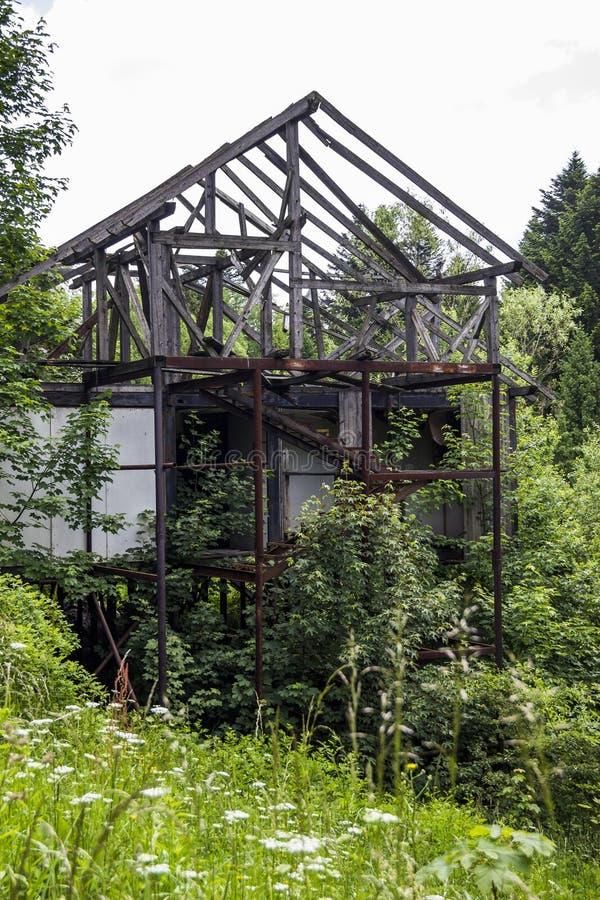 oavslutat övergivet hus royaltyfri bild